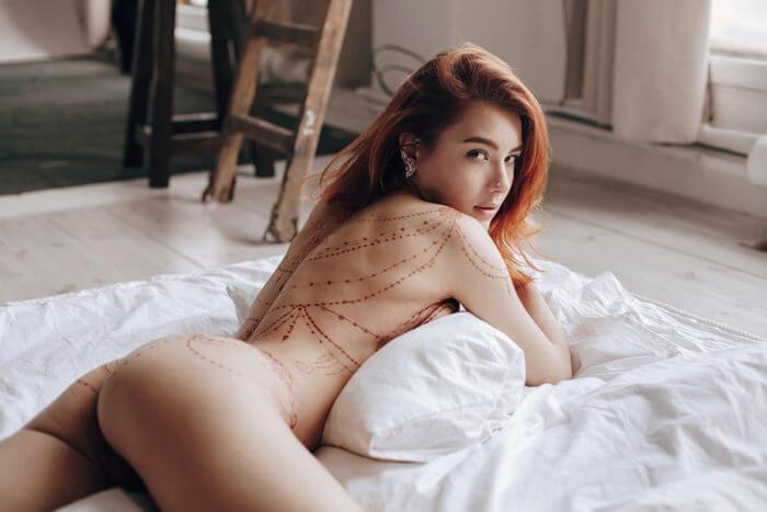 Голая рыжая девочка