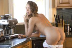 Голенькая Elena Koshka на кухне