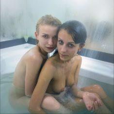 Голые подружки в ванной