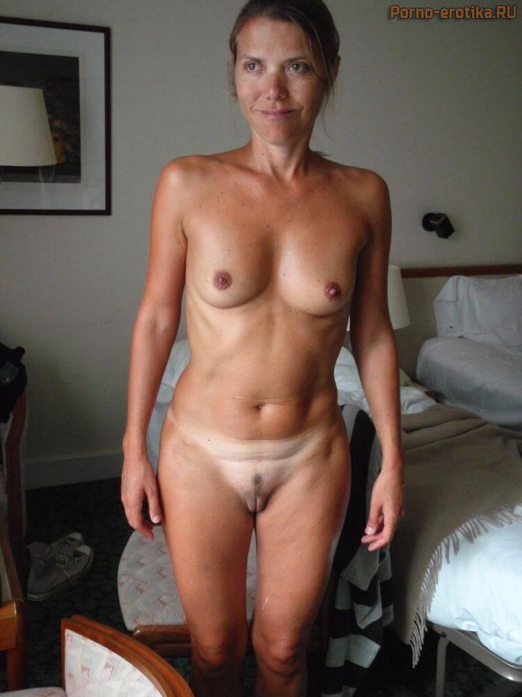 Зрелая дама без трусов