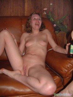Голая на кожаном диване