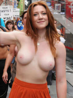 На забастовке с голой грудью