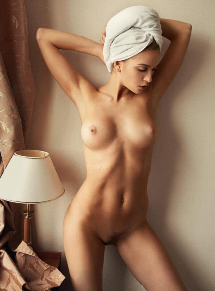 Обнаженная красотка с полотенцем на голове