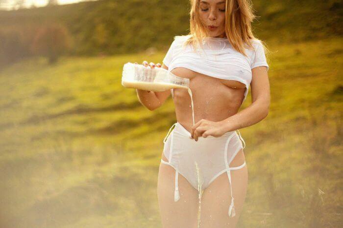 Ольга Кобзар заливает молоко в трусики