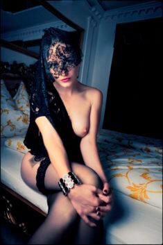 Полуголая девушка в чёрной фате