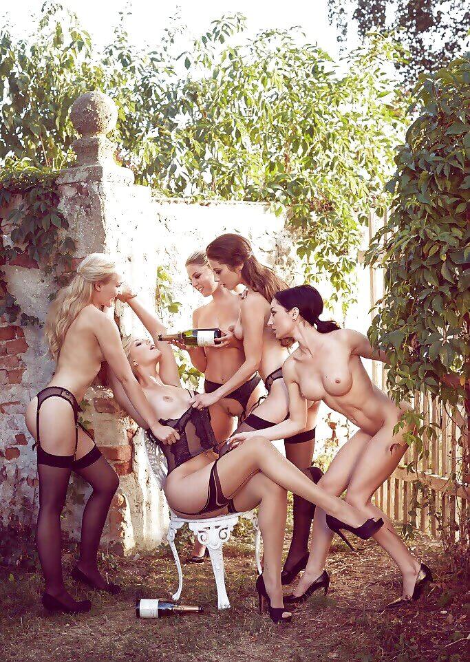 Полуголые девчата в саду
