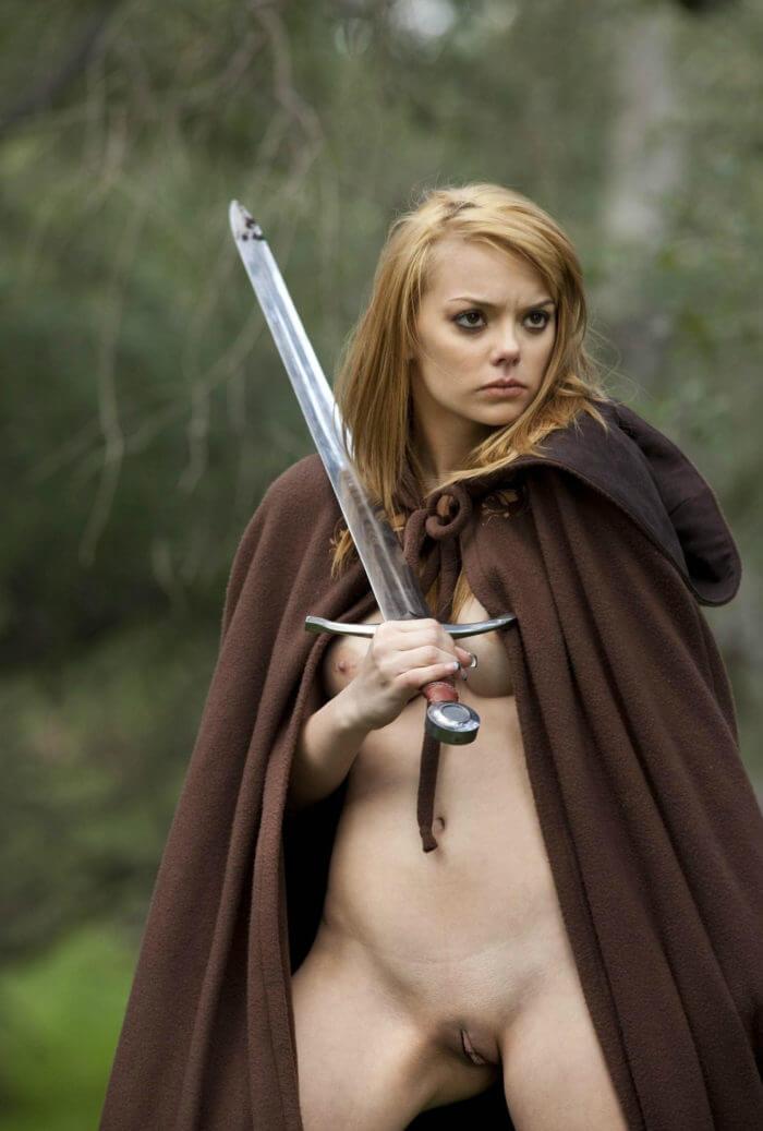 Полуобнаженная амазонка с мечом