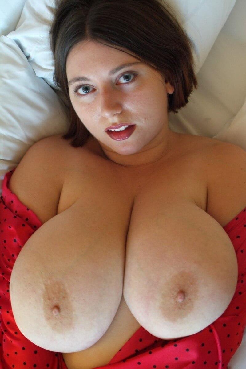 Пышногрудая дама в постели