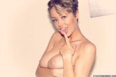 Sabrina Nichole с голой грудью