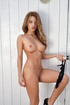 Сексуальная Nici Dee без трусиков