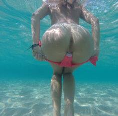 Сняла трусы под водой