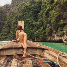 Девушка в деревянной лодке
