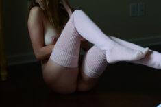 Голая девушка в чулках на полу