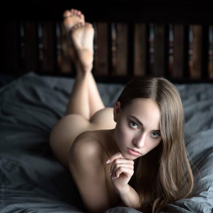Голая крошка на кровати