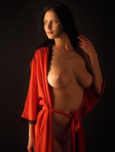 Красотка в красном халате