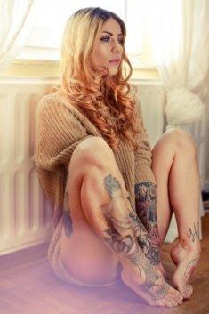Сексуальная девушка в свитере