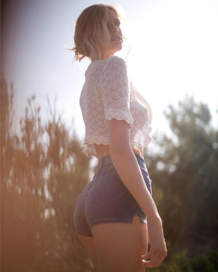 Красотка в кружевной блузке