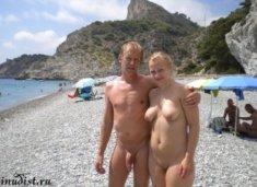 Влюбленная парочка нудистов