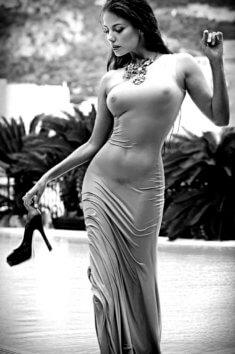 Красотка в облегающем платье