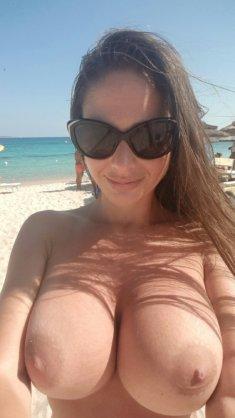 Пышногрудая сучка на пляже
