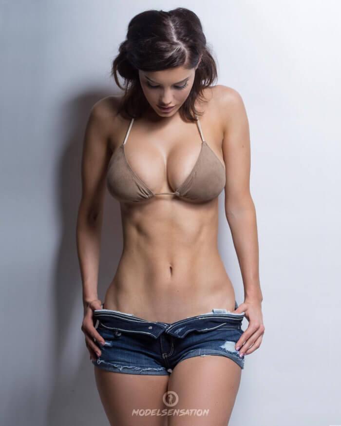 Секси девочка в шортах