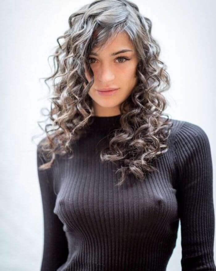 Секси девочка в свитере