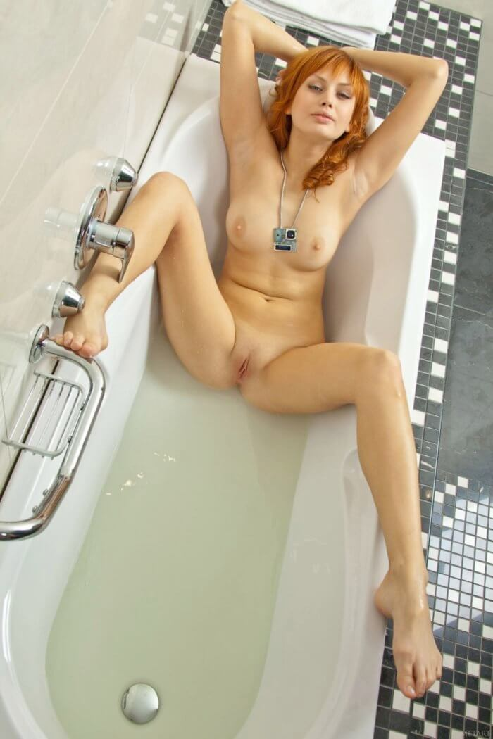 Рыжеволосая девушка голая в ванной