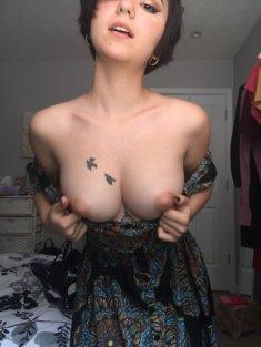 Птички на обнажённой груди