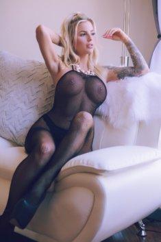 Милашка в сексуальном наряде