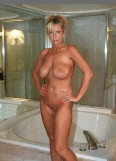 Голая тётка в ванной комнате