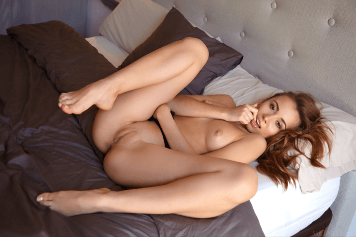 Голая красотка в кроватке и другие голые девушки