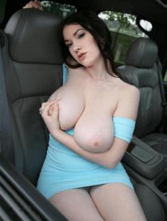 Пышногрудая красотка на переднем сиденье авто