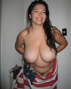Улыбашка с голой грудью