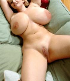 Откровенное фото на диване