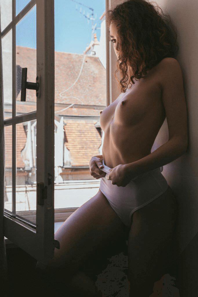 У окна с голой грудью и другие голые девушки
