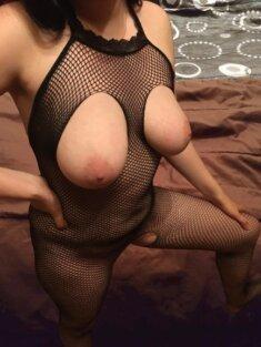 Девушка в сетке с открытой грудью