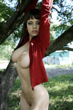 Голая в красной кофте