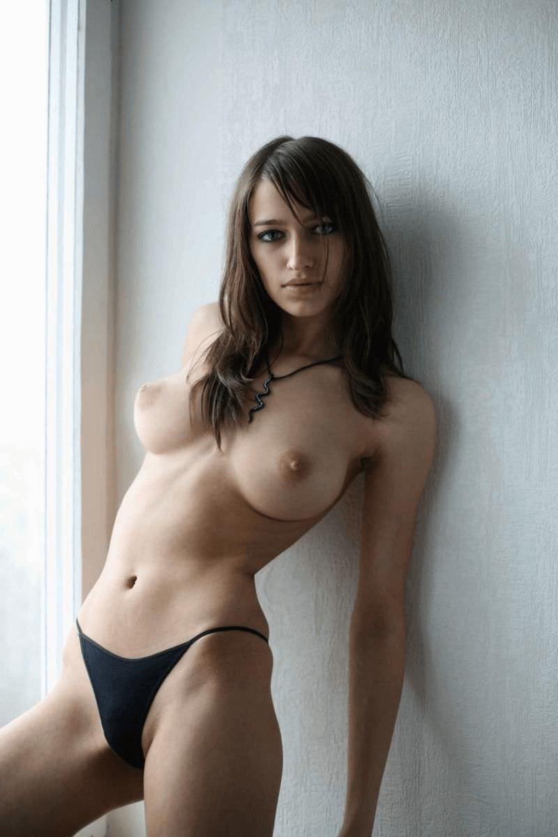 У стенки с голой грудью и другие голые девушки