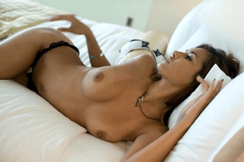 Красотка в кровати и другие голые девушки